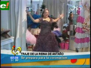 Cora Rivero reina de antaño se prueba el vestido