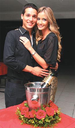 Prometidos: Juan Pablo Gutiérrez y María René Antelo abrazados y sonrientes .
