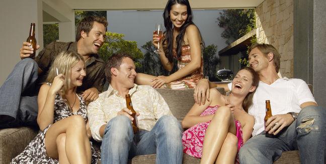 amigos-solos-solas-solteros-soltera-matchmaking-brindis