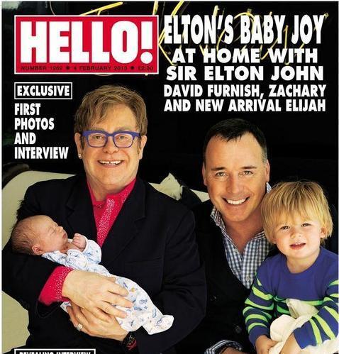 Elton John presenta a su nuevo hijo en la portada de «Hello!»