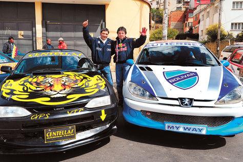 Previa. NelsonCentellas (izq.) y Javier Ortuño junto a sus bólidos con los colores de sus equipos.
