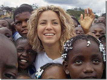 Shakira rodeada por niños de su Fundación Pies Descalzos.