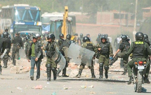 12 policías heridos y 16 detenidos saldo de enfrentamiento por conflictos de terrenos en Tarija