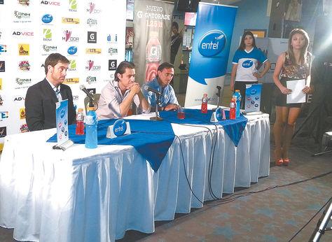 Diego Latorre (der.) en la conferencia de prensa posterior al seminario. Maxi Palma aparece a la izquierda. Marcos Bonilla.