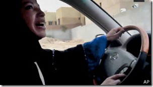 En esta imagen de 2011, se observa a una mujer en Arabia Saudita desafiando la prohibición de conducir.