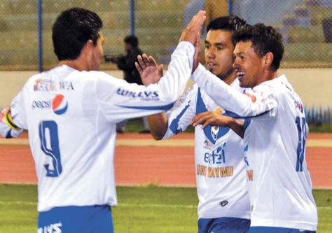 Festejo. Saucedo (izq.), Prado y Gomes celebran un gol del santo.