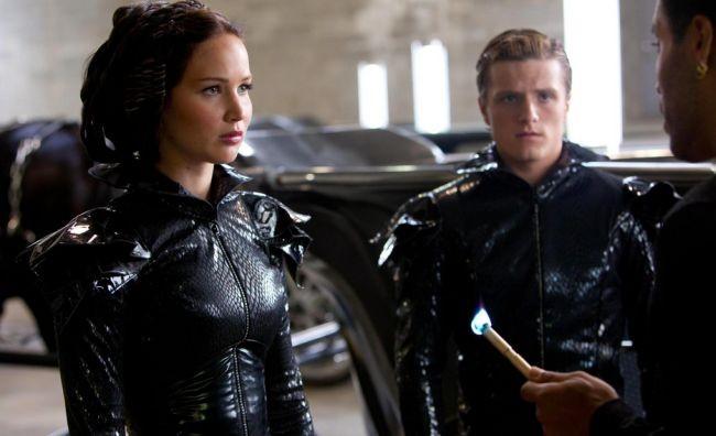 Jennifer Lawrence y Josh Hutcherson escuchan a Lenny Kravitz