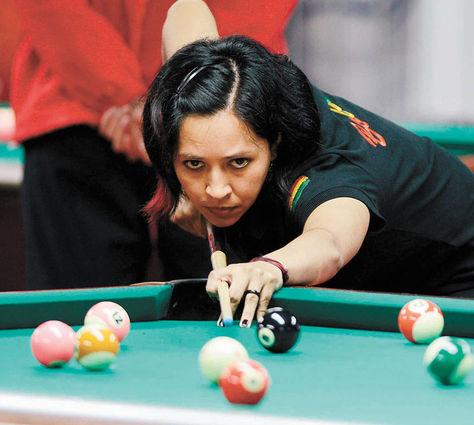 Valluna. La billarista boliviana Nataly Camacho, concentrada en su juego, durante su participación en el billar de los Juegos Bolivarianos.