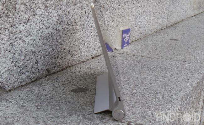 Lenovo Yoga Tablet levantado