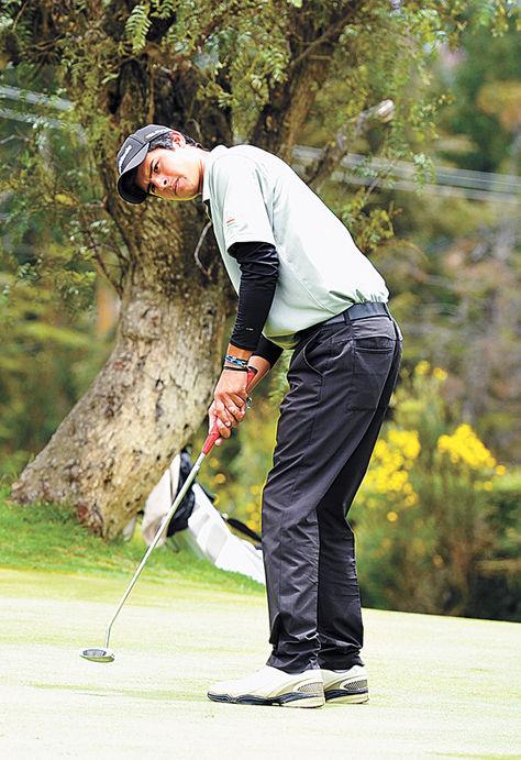 El boliviano Alejandro Molina durante uno de los partidos de golf. Foto: Pedro Laguna