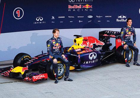 Prototipo. Vettel (izq.) y Ricciardo junto al nuevo Red Bull.