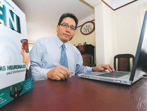 Científico. John Paz Soldán en su oficina de la ciudad de La Paz, luego de la entrevista con La Razón.