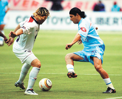 DiegoCabrera (der.) intenta superar la marca de un rival en el partido jugado en 2005 en la capital ecuatoriana.  Foto: Reuters