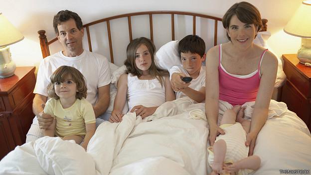 Familia numerosa en una cama
