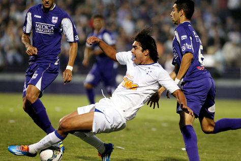El jugador de Cruzeiro Marcelo Moreno (c) disputa el balón con Jorge Zeballos (d) de Defensor Sporting.