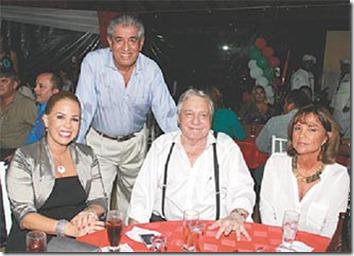 Fernando Mustafá (de pie), junto con Angélica Sosa, el alcalde Percy Fernández y Desirée Bravo