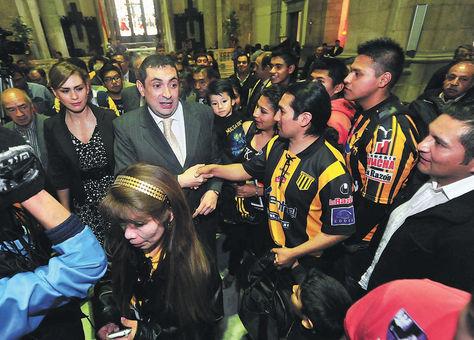 Apoyo. El presidente Reintsch (centro) junto a su esposa, Romy Paniagua, recibe el aliento de los hinchas en la Catedral.