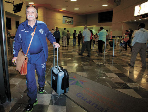 Azkargorta. El técnico de Bolívar en la ciudad de León, donde el celeste se presentó dos veces por la Copa.