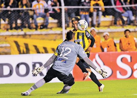 Definición. Soliz ya mandó la pelota para hacerle un 'sombrerito' al golero de Paranaense. Fue un golazo, el de la victoria.