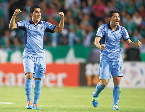 Festejo. Damir Miranda y Wálter Flores celebran, al término del partido, el empate con León en México.