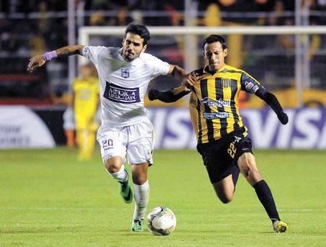Incidencia. El atacante del Tigre Daniel Chávez (der.) trata de escapar de la marca de Mathias Cardaccio.