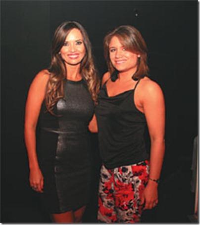 La cumpleañera, Claudia Lavayén, con su amiga Eliana Sosa, que llegó de Estados Unidos