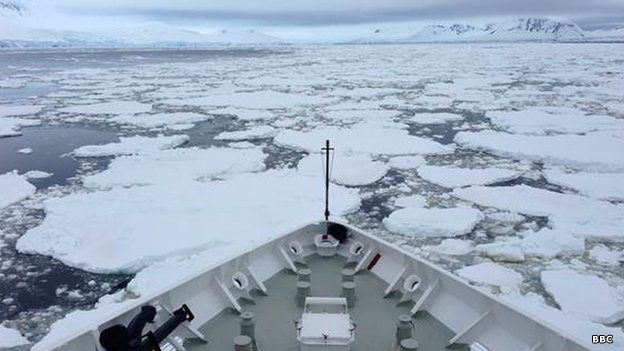 Barco abriéndose camino para llegar al Polo Sur