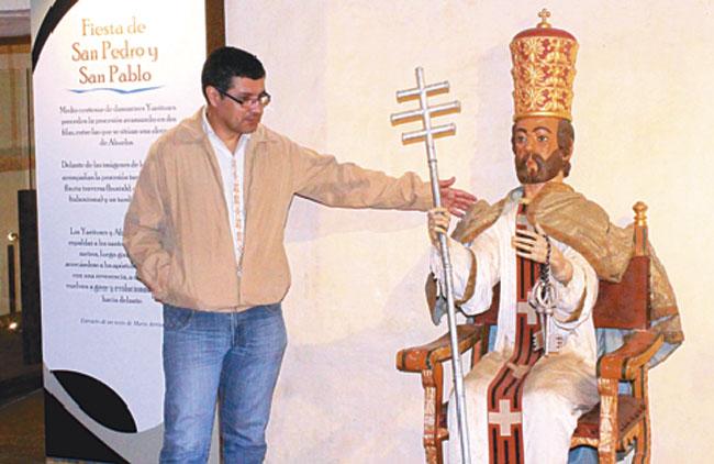 Marcelo Vargas muestra una de las piezas que formará parte del museo de San Javier desde julio