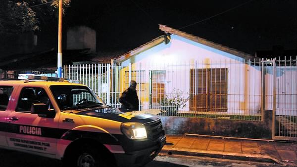 La casa del horror. Shockeados, los familiares comenzaron anoche a limpiar los rastros de la escena. MONACHESI