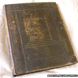 Libro encuadernado con piel humana