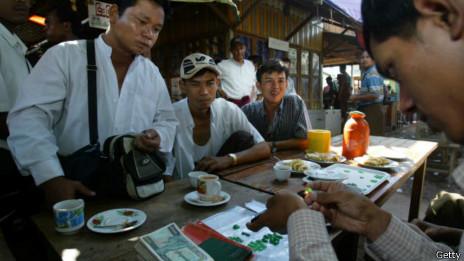Compraventa de jade en el mercado de Mandalay.