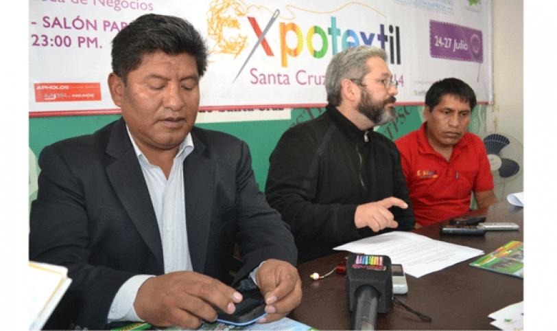 Bazurco (centro) dio a conocer la las exportaciones que realizará el sector de confección de textiles.