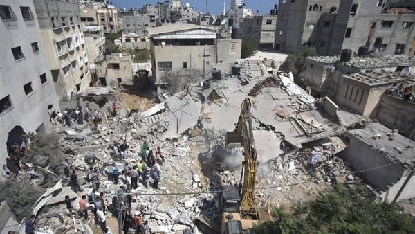 Rescatistas palestinos buscan sobrevivientes entre los escombros de viviendas alcanzados por bombas en Gaza. (AFP)