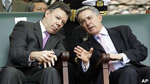El presidente colombiano Juan Manuel Santos y su sucesor Álvaro Uribe.