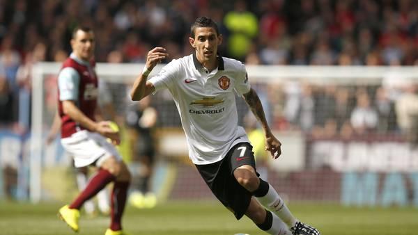 Di María maneja el balón durante el partido ante Burnley, que marcó su debut con la camiseta de Manchester United. (AP)