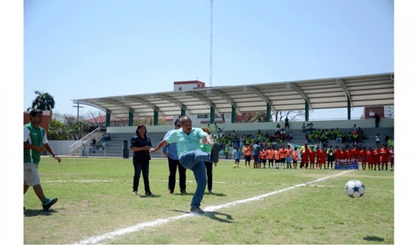Erwin 'Chichi' Romero dio el puntapié inicial en el nuevo estadio cruceño ubicado en el distrito 11.