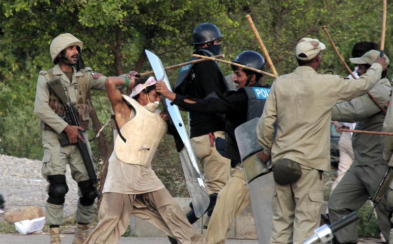 Policías paquistaníes se enfrentan a seguidores del político Imran Khan y el clérigo Tahirul Qadri durante una protesta antigubernamental en Islamabad. EFE