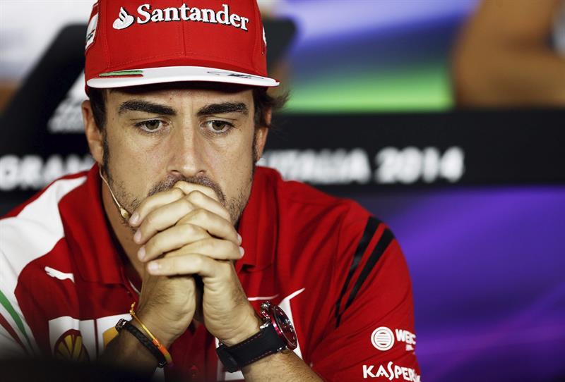El piloto español de la escudería Ferrari de Fórmula Uno, Fernando Alonso, ofrece una rueda de prensa en el circuito de Monza, Italia. EFE