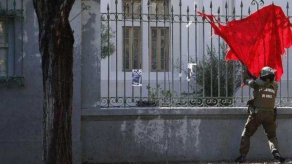 Actos vandálicos en sectores periféricos de la ciudad, bombazos, la quema de un autobús del transporte público y barricadas en el 41° aniversario del golpe militar de 1973. (Reuters)