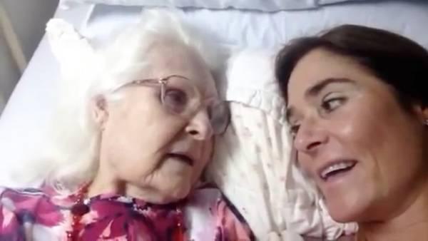 Conmovedor. El momento en que una mujer con Alzheimer reconoce a su hija (en inglés).