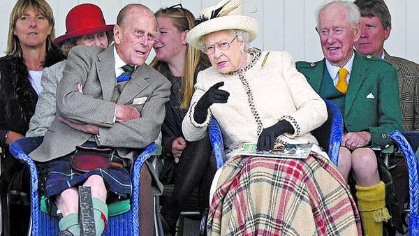 Inquieta. La reina Isabel, ayer, junto al príncipe Felipe, su marido, y otros invitados en el Braemer Gathering, una tradicional celebración escocesa./AFP
