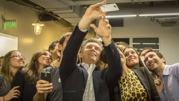 LA SELFIE DE MACRI. El jefe de Gobierno porteño se tomó imágenes junto a empleados de Facebook. (Foto Prensa GCBA)