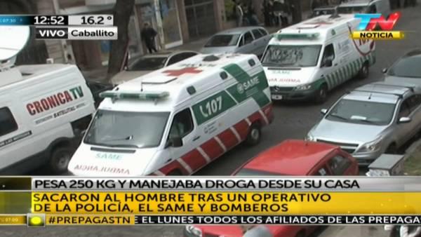 Así se llevaban al sospechoso de 250 kilos en ambulancia. (TN)