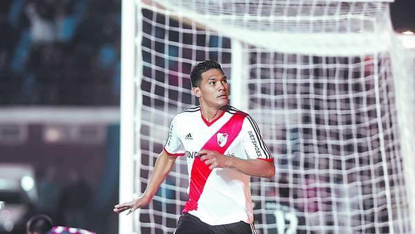 A festejar. Teo Gutiérrez ya convirtió el segundo y sale a gritarlo. Es su mejor momento en River. / JORGE SANCHEZ