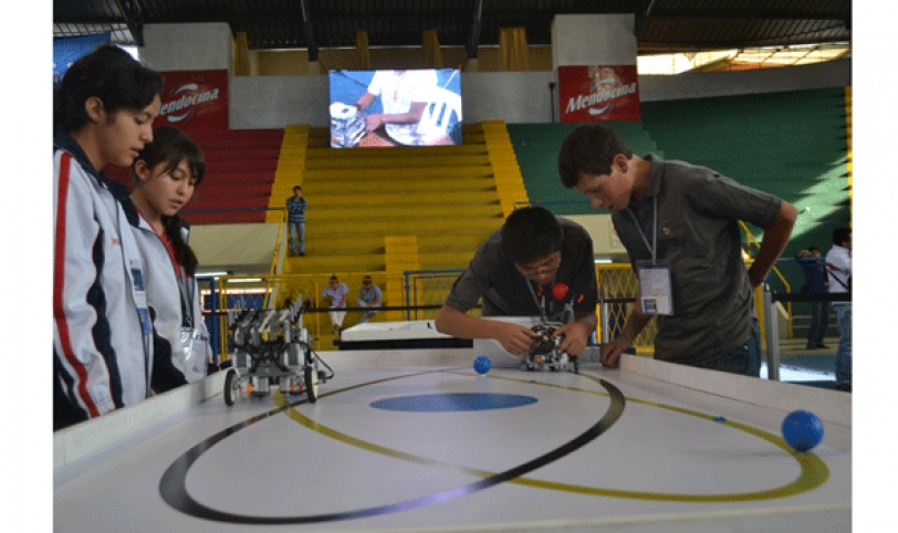 La competencia tiene dos categorías, y en la WRO el robot debe recoger las pelotas para trasladarlas hasta un cesto o canasto.