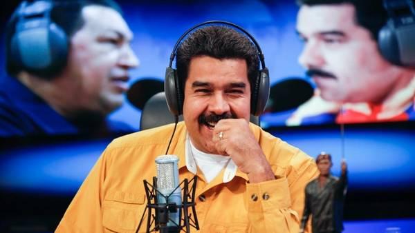 El presidente de Venezuela, Nicolás Maduro, sonríe durante la trasmisión de su programa de radio