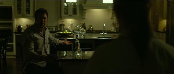 """Escena del Film """"Perdida"""" donde se observa al protagonista interpretado por Ben Affleck tomando el Singani boliviano """"63"""""""