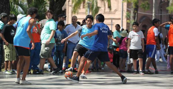 Los vecinos han salido a las calles del centro cruceño para divertirse en familia y practicar deporte