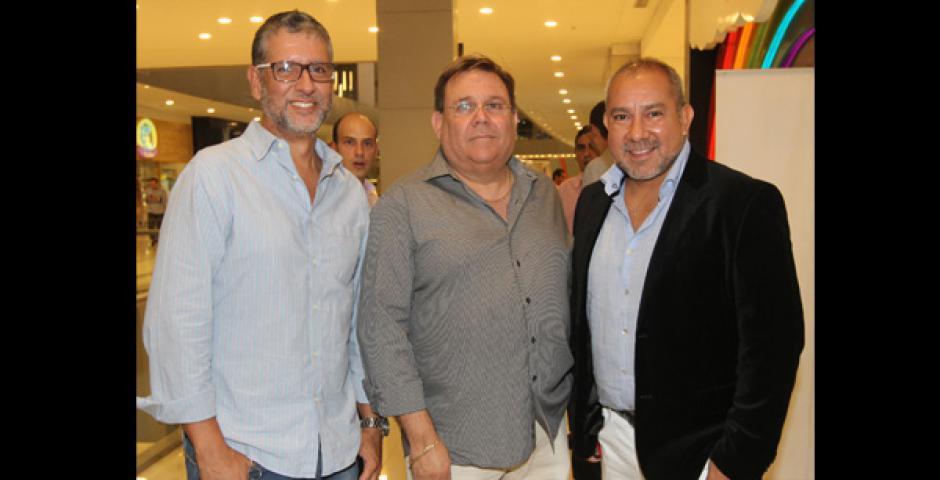 CON EL CREATIVO. Johnny Paz y Horacio Perini junto a Humberto Beltrán, que hizo el diseño arquitectónico de la tienda