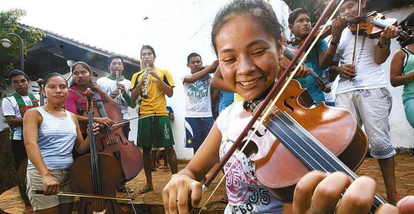 Los jóvenes músicos con sus instrumentos en la iglesia de Urubichá, luego de un ensayo